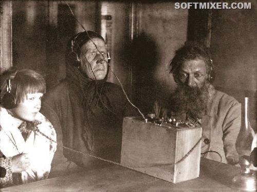 img243421_3-3_Semya_krestyanina_Voronova_slushaet_radio_1928_god[9]